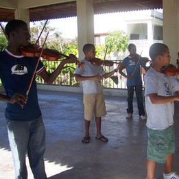 Bánica_1-07_-_Future_violinists_of_Bánic
