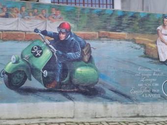 Enrico Roà firma un Vespa-murales a Lesegno (CN)