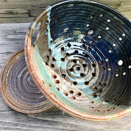 berry bowl, colander, collander, fruit bowl, farmhouse bowl