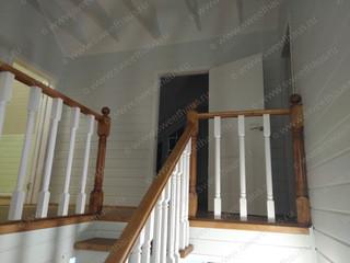 Вид на холл второго этажа с лестницы