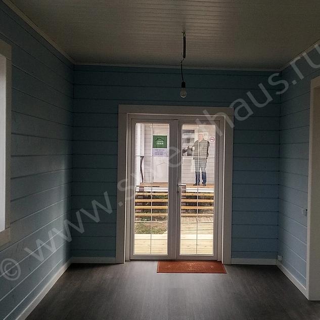Вид из кухни на столовую и летнюю дверь
