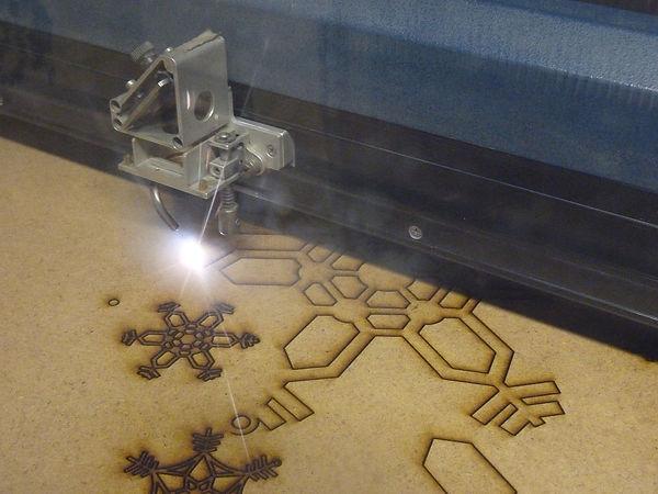 1280px-Laser_cutting_snowflakes.jpg