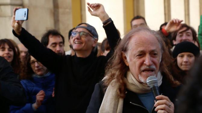 Alceu faz apresentação surpresa na rua em Lisboa para celebrar o Dia do Forró. Assista
