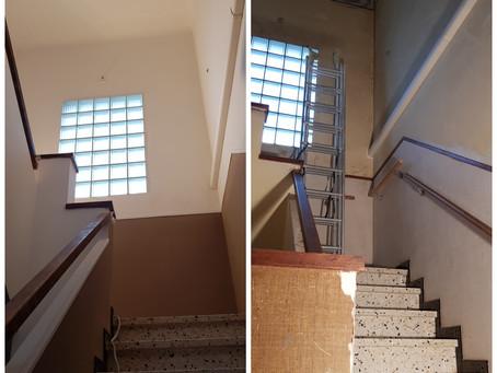 Cage d'escaliers après dégats des eaux, dépose papier peint et peinture sur badigeon. #dégatsdeseaux
