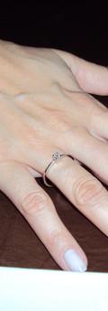 dedo com anel de noivada