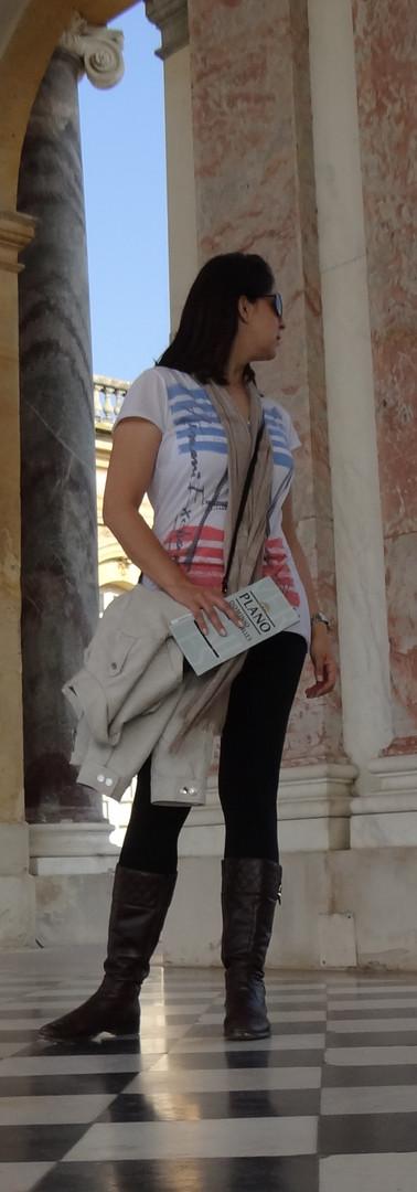 garota caminhando em paris