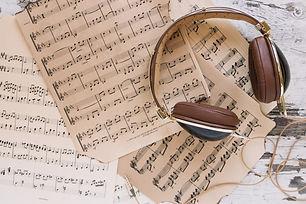auriculares-partituras_23-2147781379.jpg