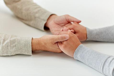 Hände halten als Motiv für die Tätigkeiten im Erbrecht des Notars Matthias Raupach