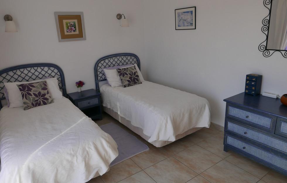 Twin bed 03.JPG