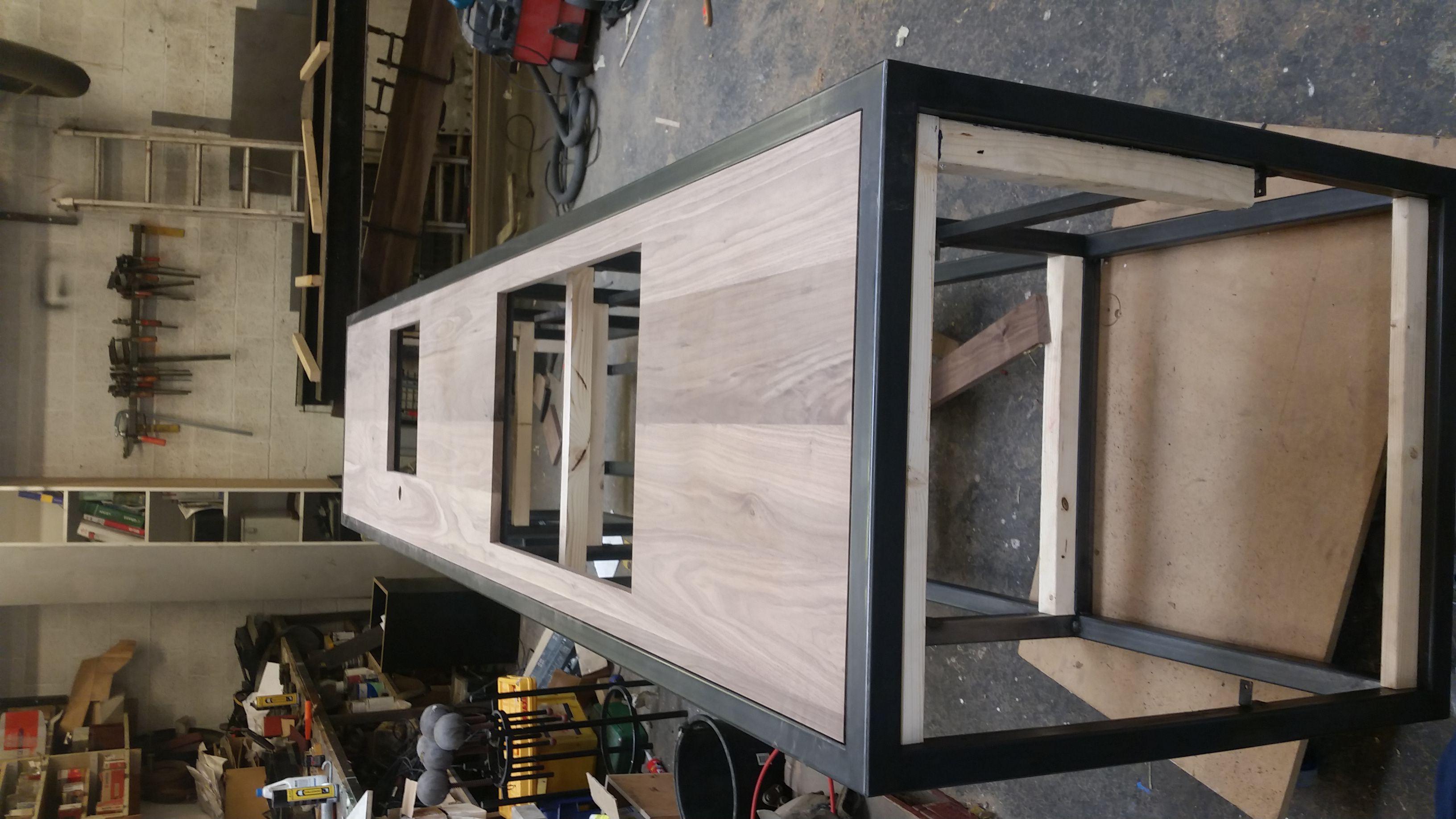 notenhouten blad in stalen frame