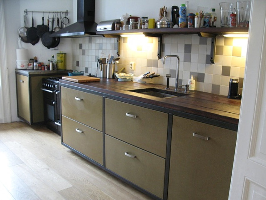 keukens op maat van staal, hout en andere natuurlijke materialen