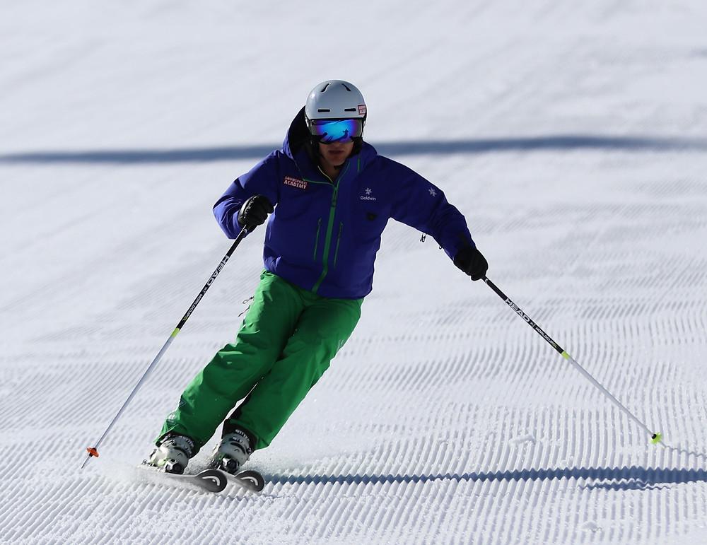 Ausbilder der Snowsports Academy zeigt eine perfekte Skitechnik