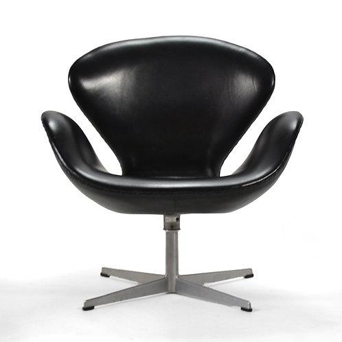 Arne Jacobsen Swan Chair in Black Leather by Fritz Hansen