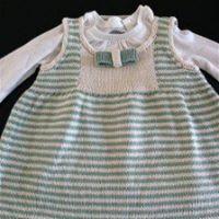 A Marina continua tricotando....