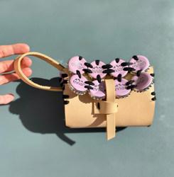 Le Wristlet bag : «Le passant rose, beige et noir »