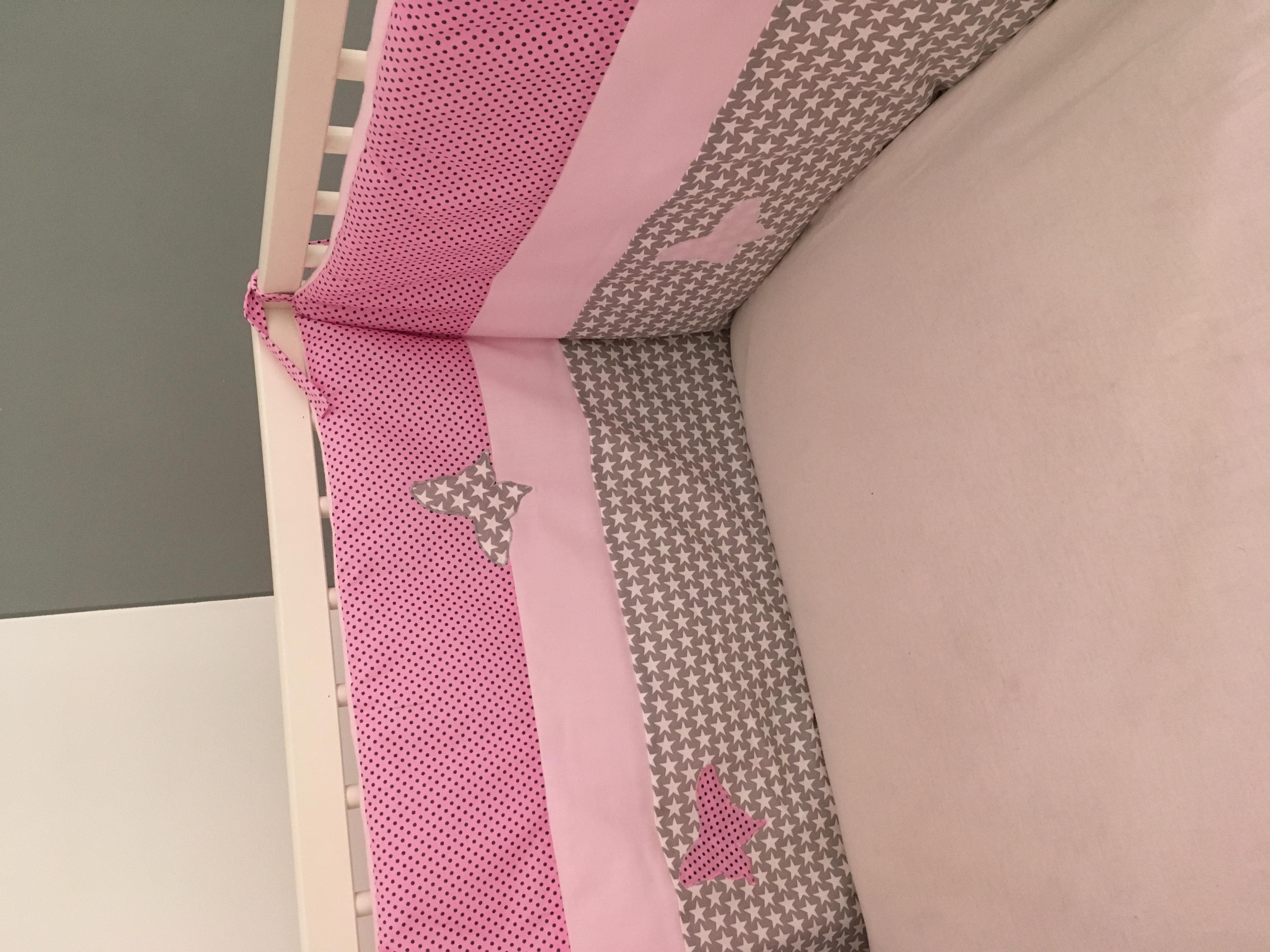 tour de lit rose et gris