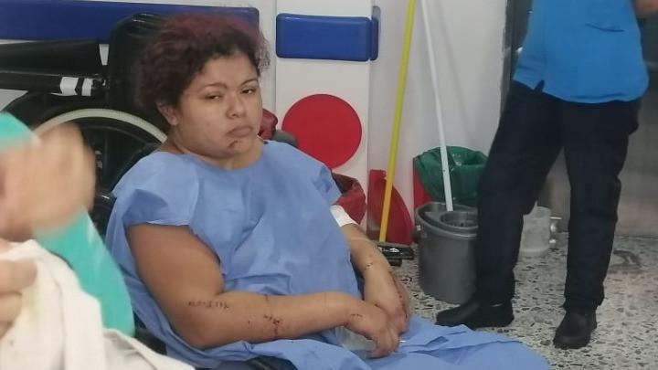 Su pareja intentó picarla a machete mientras dormía