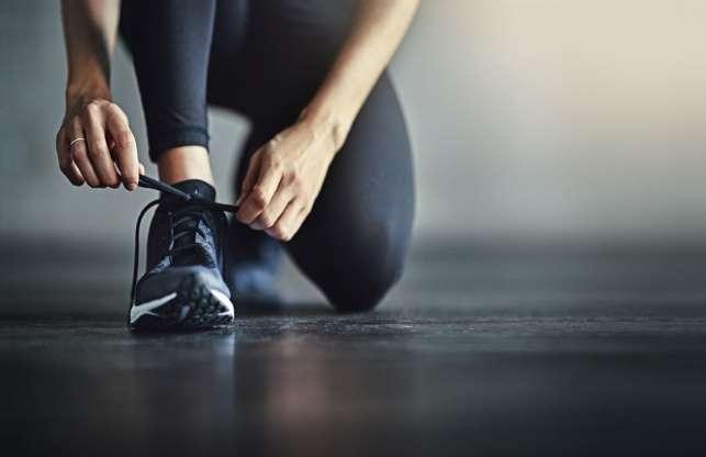 Realizar ejercicio puede ayudarte a tener un buen descanso, siempre y cuando se haga con la intensidad adecuada. Cuando te exiges demasiado, el cuerpo segrega mucho cortisol, que a corto plazo puede afectar la capacidad para dormir. Incluso algunas actividades, como el yoga, si se realizan cerca del horario de dormir, pueden generar estímulos fisiológicos que te mantendrán despierto.