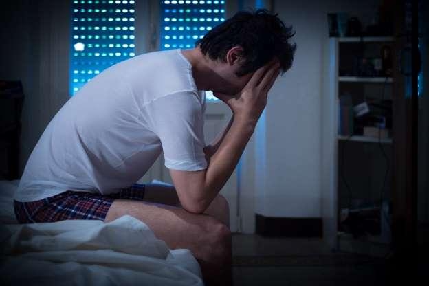 Cuando en el lugar en el que sueles dormir hace mucho calor tu cuerpo es el primero en incomodarse, lo que dará pie a que tu temperatura corporal se altere y no puedas descansar. Los especialistas indican que temperaturas superiores a los 75 ° F o 23 ° C aproximadamente, ya pueden generar perturbaciones en el sueño.