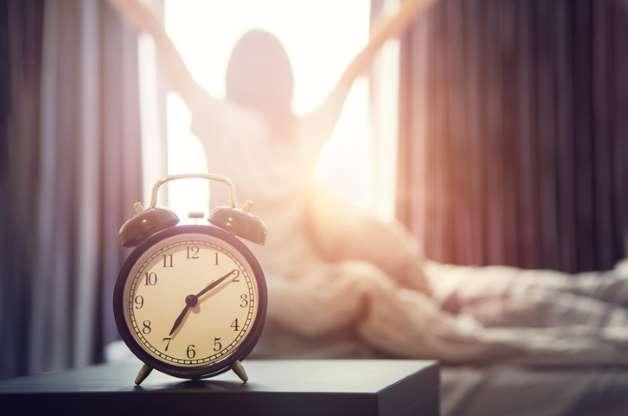 Para muchos puede parecer difícil, pero dormir bien es posible, siempre y cuando tomes en cuenta lo siguiente: maneja tu tiempo, procura relajarte, duerme y aliméntate en forma rutinaria, limita el alcohol y el tabaco, no te lleves los problemas a la cama, usa un colchón cómodo, y procura que la temperatura en tu dormitorio sea la ideal. ¡Dulces sueños!