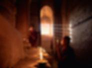 Monges noviços rezando