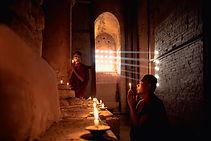 Novizen Mönche beten