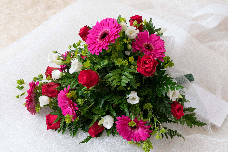 Kukkalaite iso 75e (gerbera,ruusu,eustoma)