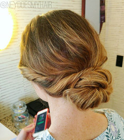 One of my favorite kinds of wedding hair! 🙌🙌🙌