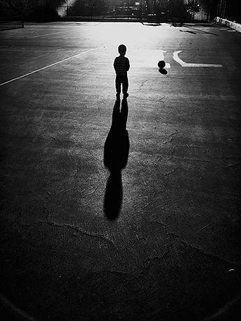 Littke boy with shadow and ball - SI