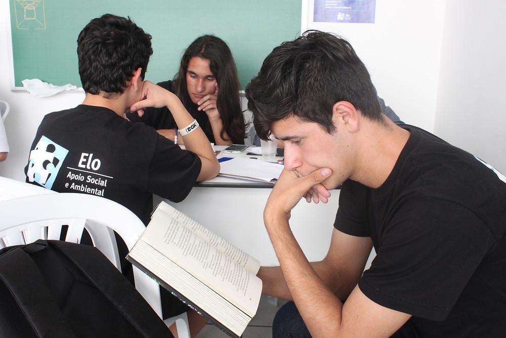 Jovens de baixa renda são integrados ao mercado através de projeto social.