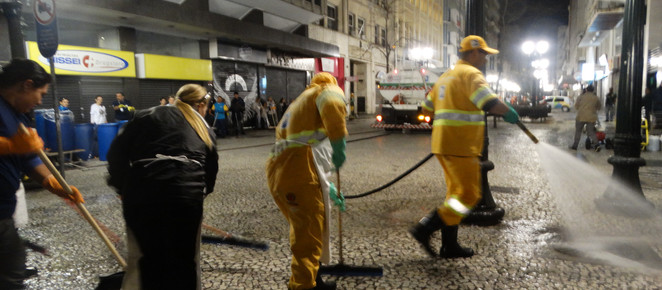 Profissionais da limpeza se reúnem para revitalizar entorno do Palácio Avenida e preparar ruas para