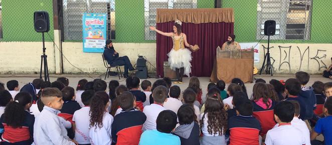 No mês dos pais, Programa Guritiba leva famílias para assistir espetáculo teatral pela primeira vez