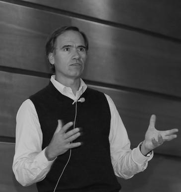 """Enrique Ostalé plantea los desafíos del """"retail del futuro"""" y habla del MBA Chile"""