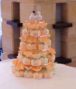 Пирамидка из бонбоньерок