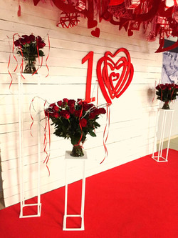 Букеты из красных роз на фотозоне