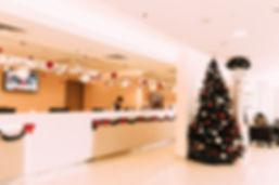 Новогодняя елка и декор в оформлении лобби отеля