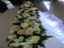 Цветочный бордюр на стол молодоженов