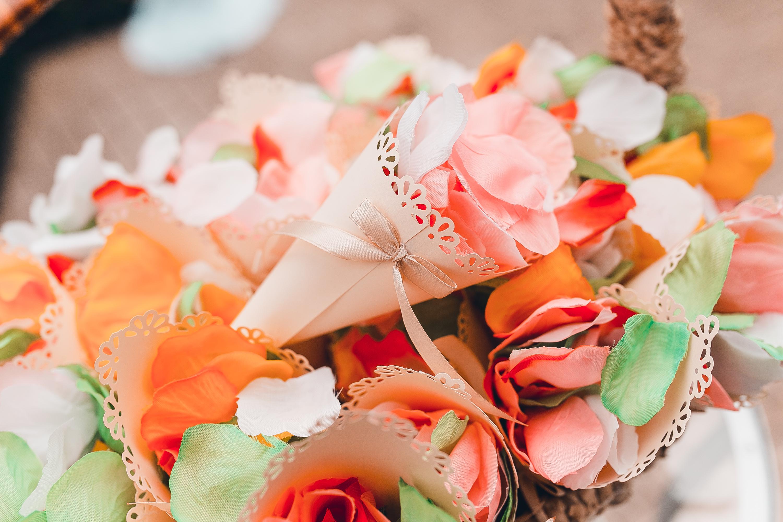 Кулечки  с лепестками роз