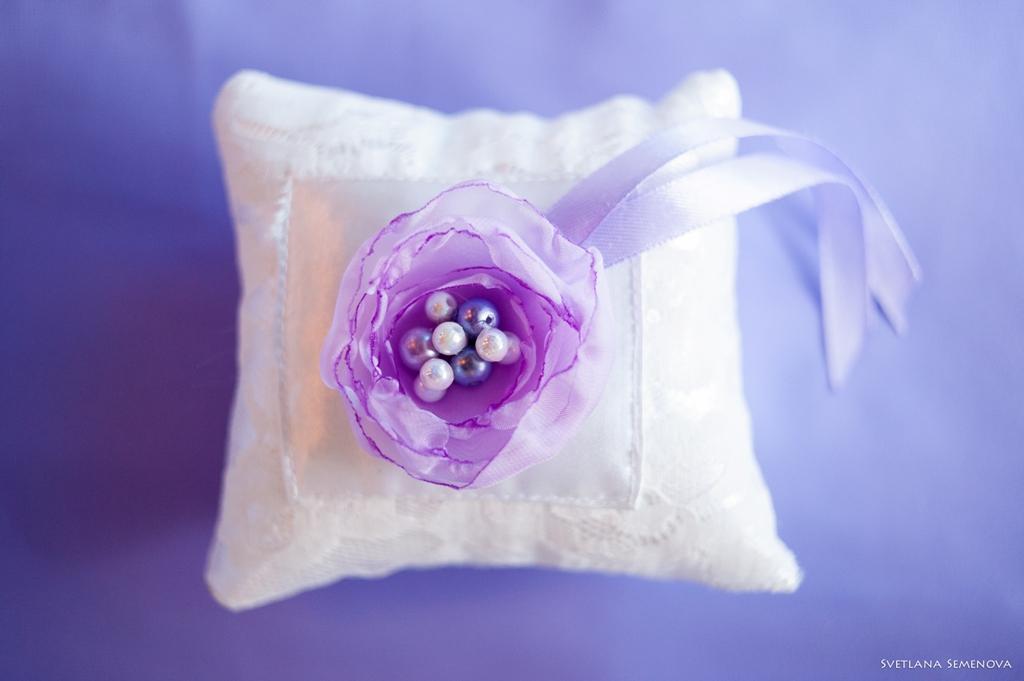 Подушечка для колец с сиреневым цветком