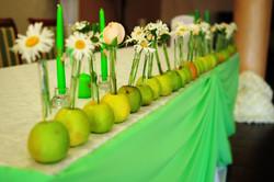 Фриза из яблок и цветов на столе молодоженов