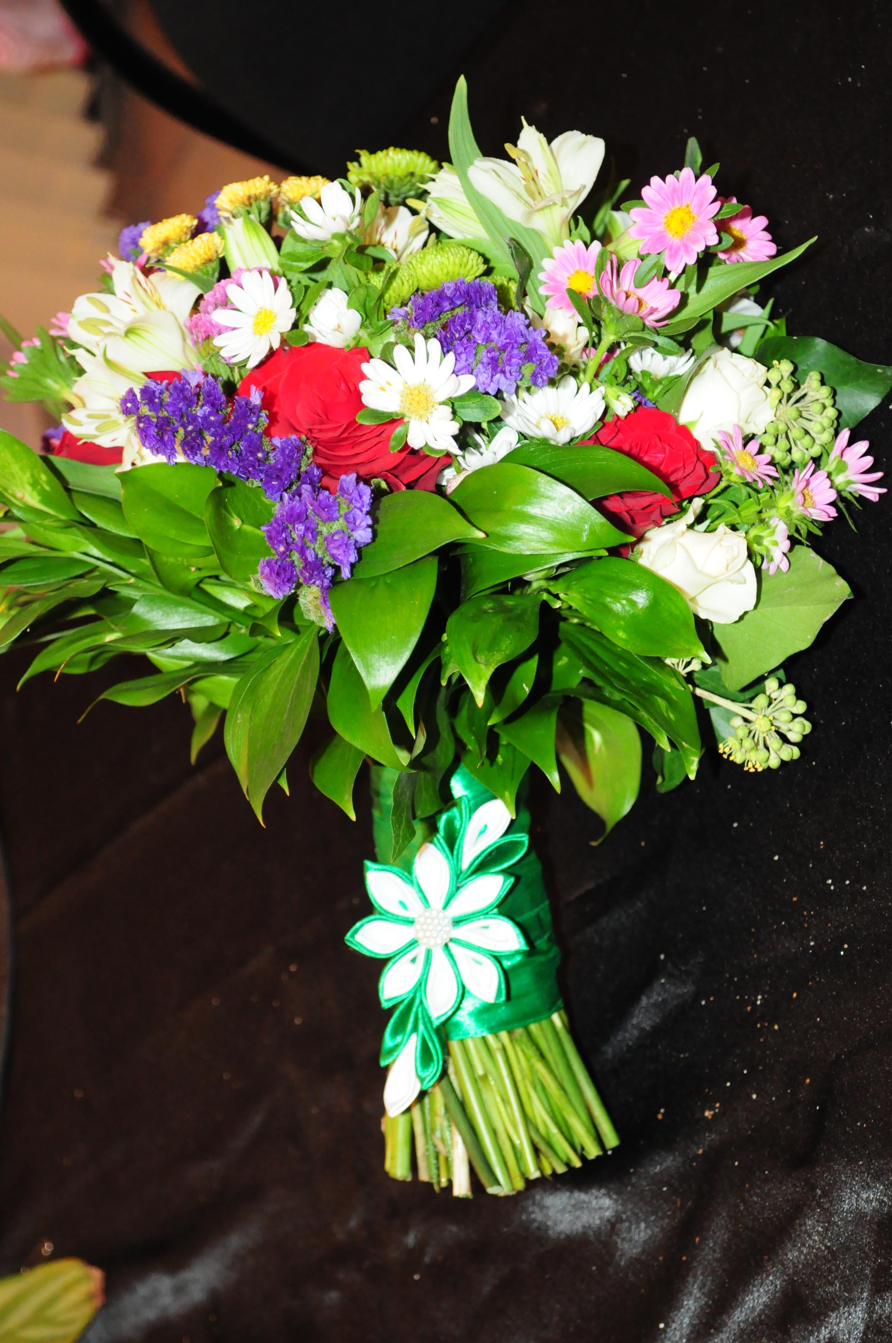 Круглый букет из сезонных цветов