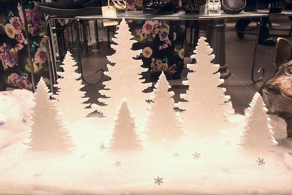 Праздничное новогоднее оформление витрины машазина