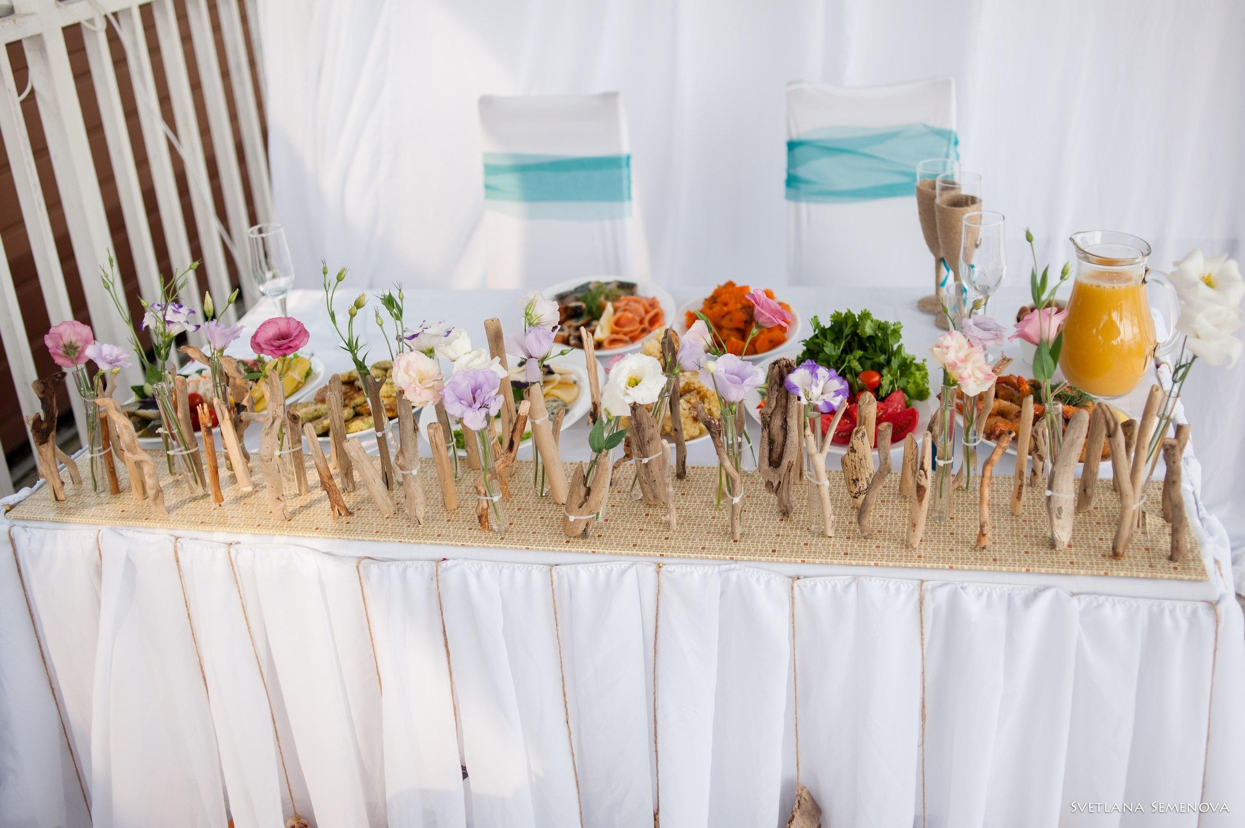 Стол молодоженов украшен фризой в морской тематике