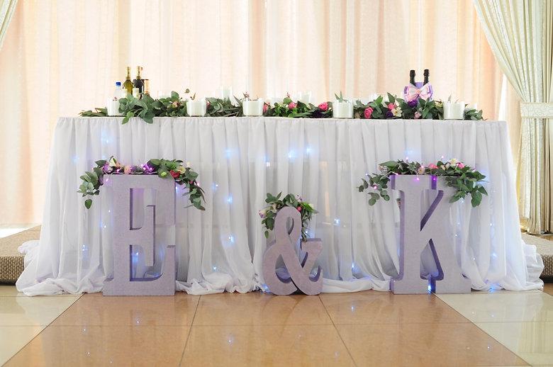 Оформление стола: гирлянда со свечами и большие буквы
