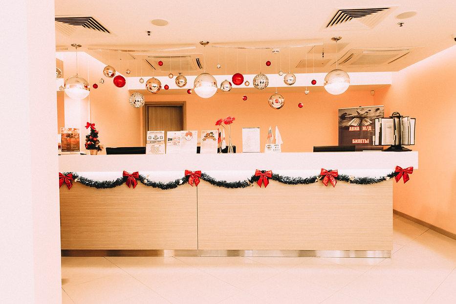 Новогоднее оформление стойки ресепшн отеля