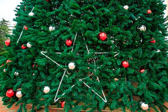 Новогоднее оформление высотной ели
