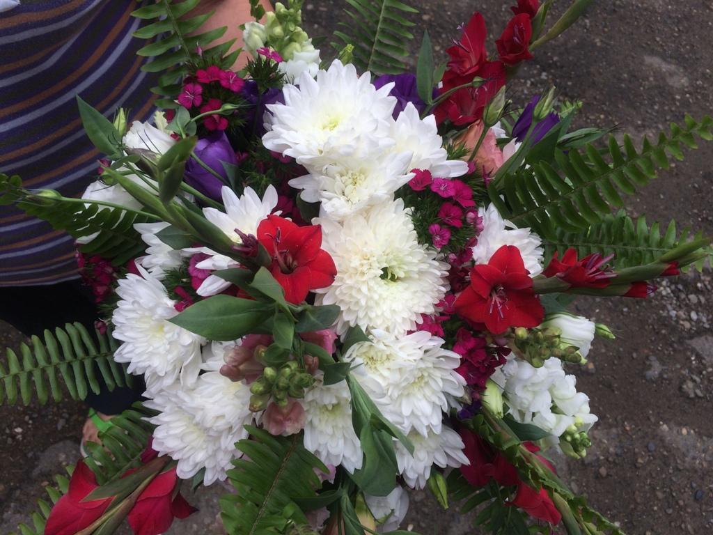 Крупный букет из сезонных цветов