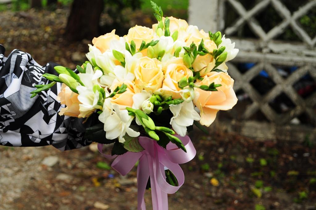 нежный букет из роз и фрезий