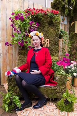 Красивая девушка в цветочной короне