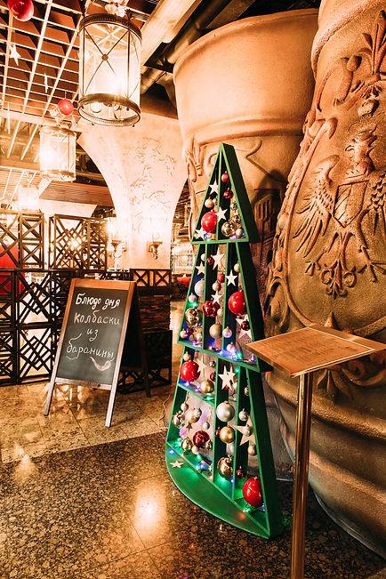 Оригинальная елка для оформления небольших пространств ресторанов, гостиниц, магазинов